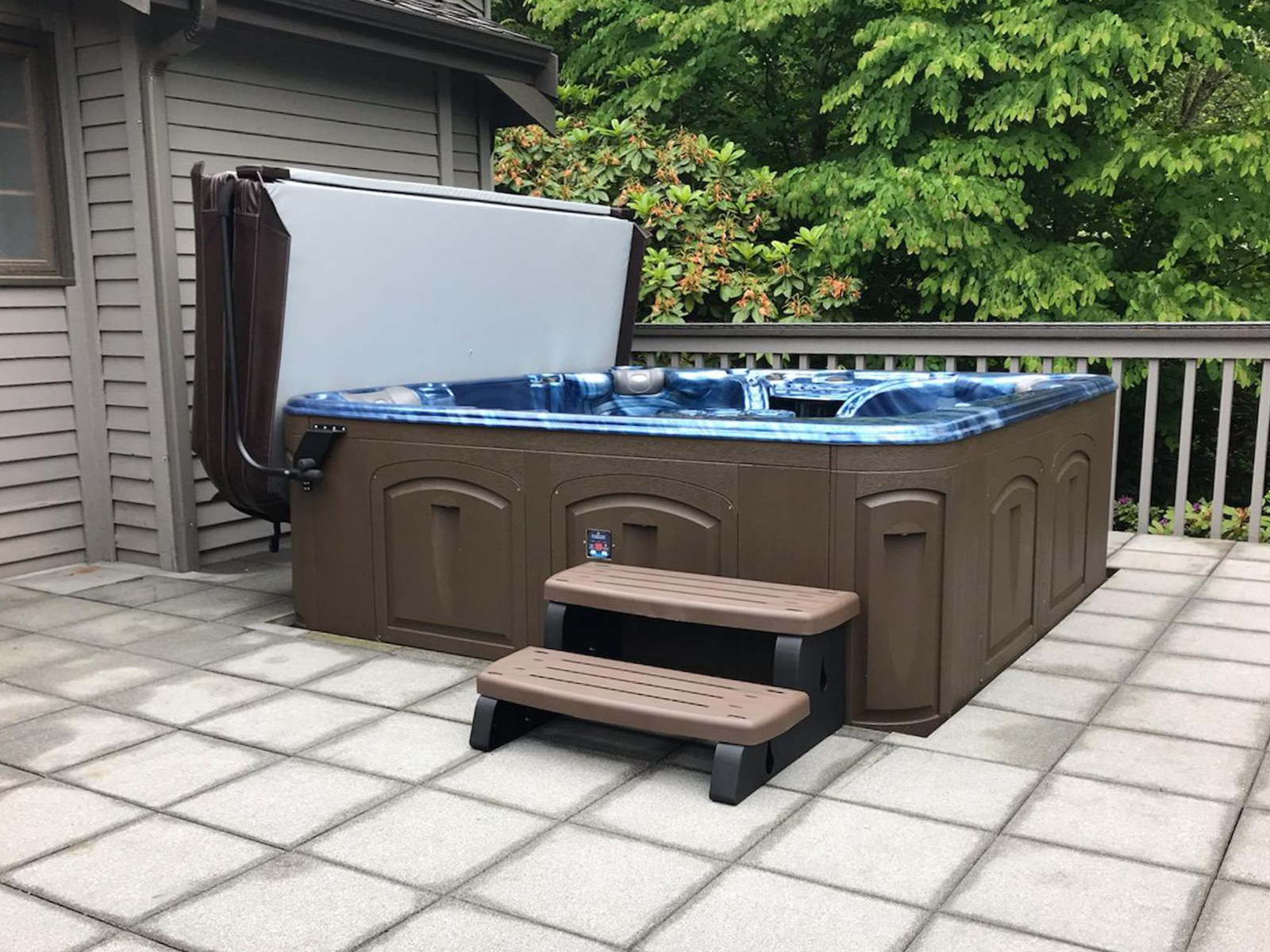 Hot tub outside with steps